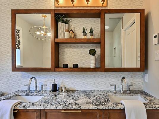 Salle de bain géométrie dorée