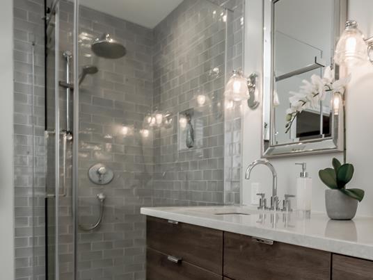 Salle de bain blanche orchidée